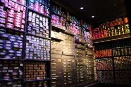 Un des murs d'une immense salle remplie de baguettes