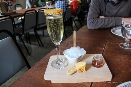 Mon cocktail : bulles et whisky à l'érable avec tire sur glace et éponge d'érable, miam !