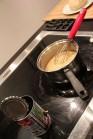 Préparation de la garniture avec la pâte qui attend en arrière plan