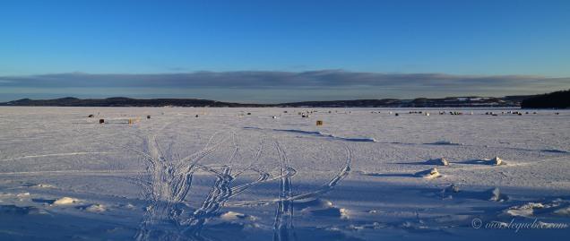 Les cabanes de pêche blanche sur le lac gelé